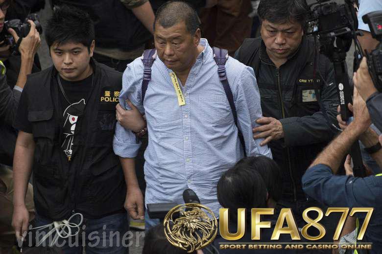 จิมมี่ไล ผู้ประกอบการฮ่องกง ที่รู้จักการสนับสนุนการเคลื่อนไหวเพื่อประชาธิปไตยของเมืองและการวิพากษ์วิจารณ์จีนถูกจับกุมในข้อหา สมรู้ร่วมคิด