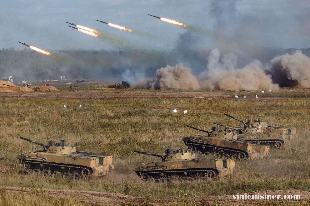 ปูตินชมการแสดงพลังยิงมหาศาลระหว่างเกมสงครามซาปาด ประธานาธิบดีรัสเซีย วลาดิมีร์ ปูติน ชมการแสดงอาวุธยุทโธปกรณ์ขนาดใหญ่ที่ทหารของเขา